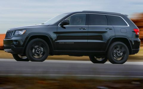 A side view of the Jeep Grand Cherokee Altitude.