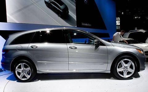 Tire, Wheel, Automotive design, Vehicle, Land vehicle, Automotive tire, Car, Transport, Alloy wheel, Rim,