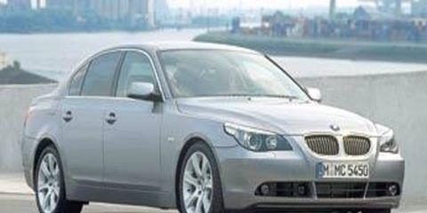 Tire, Motor vehicle, Mode of transport, Daytime, Transport, Vehicle, Vehicle registration plate, Infrastructure, Car, Automotive mirror,