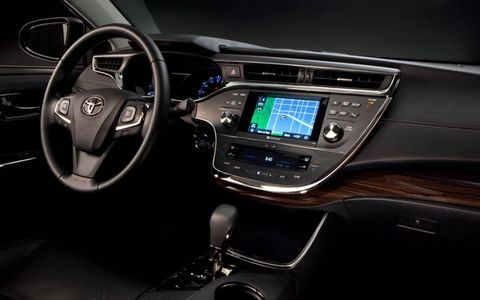 The dash of the 2013 Toyota Avalon.