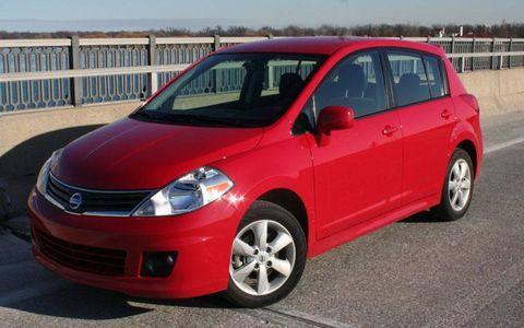 Tire, Wheel, Automotive mirror, Daytime, Vehicle, Automotive design, Land vehicle, Automotive tire, Car, Rim,