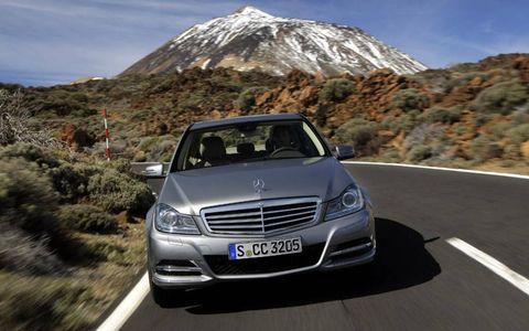 Automotive design, Mode of transport, Vehicle, Mountainous landforms, Road, Land vehicle, Headlamp, Grille, Automotive lighting, Infrastructure,