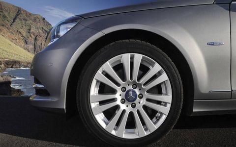 Tire, Wheel, Automotive tire, Automotive design, Alloy wheel, Daytime, Automotive exterior, Vehicle, Automotive wheel system, Rim,