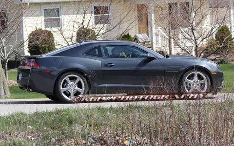 Tire, Wheel, Window, Automotive design, Land vehicle, Vehicle, Alloy wheel, Automotive tire, Rim, Spoke,