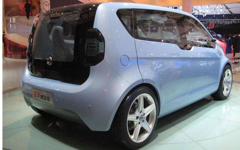 Tire, Motor vehicle, Wheel, Mode of transport, Automotive design, Vehicle, Transport, Car, Automotive mirror, Automotive wheel system,