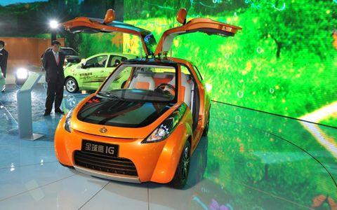 Motor vehicle, Tire, Wheel, Mode of transport, Automotive design, Vehicle, Car, Headlamp, Vehicle door, Automotive exterior,