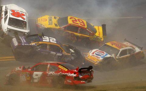 Kasey Kahne, Jamie McMurray, Scott Riggs, Kevin Harvick and Jeff Gordon crash