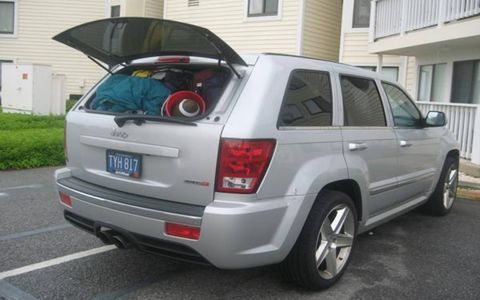 Tire, Motor vehicle, Wheel, Automotive tire, Automotive tail & brake light, Vehicle, Land vehicle, Automotive exterior, Glass, Rim,