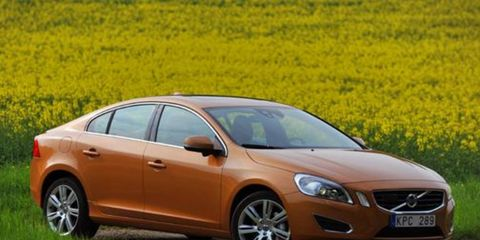 Tire, Wheel, Mode of transport, Daytime, Automotive design, Vehicle, Automotive mirror, Land vehicle, Car, Rim,
