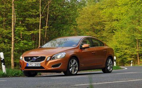 Motor vehicle, Automotive mirror, Mode of transport, Road, Vehicle, Transport, Infrastructure, Rim, Car, Alloy wheel,