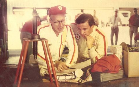Rolla Vollstedt discusses gears with Jim Clark at Riverside in 1967.