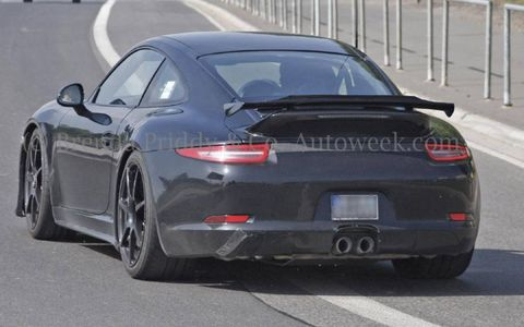 The rear wind does feature an inlet like the GT3.