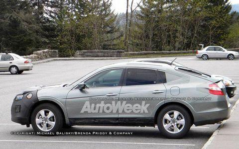 Tire, Wheel, Land vehicle, Vehicle, Alloy wheel, Car, Automotive parking light, Rim, Full-size car, Mid-size car,