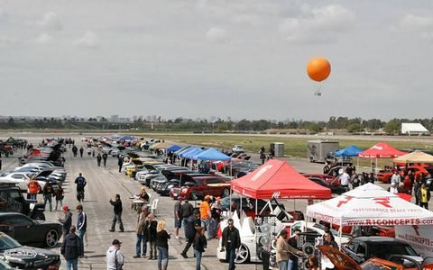 Balloon, Crowd, Public space, Tent, Market, Parking, Hot air balloon, Pedestrian, Luxury vehicle, Canopy,