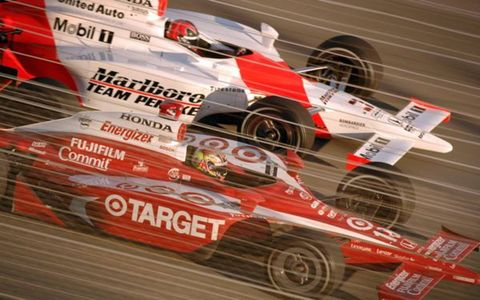 2006 Homestead - Dan Wheldon pulls ahead of Helio Castroneves