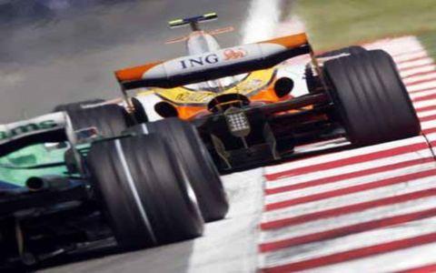 Nelson Piquet Jr, Renault R28, 15th position, leads Jenson Button, Honda RA108, 11th position.