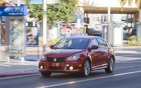 Motor vehicle, Tire, Vehicle, Automotive mirror, Automotive parking light, Automotive lighting, Road, Car, Rim, Full-size car,