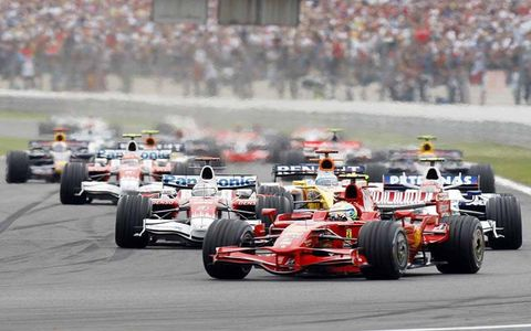 Felipe Massa, Ferrari F2008, 1st position, leads Jarno Trulli, Toyota TF108, 3rd position, Robert Kubica, BMW Sauber F1.08, 5th position, Fernando Alonso, Renault R28, 8th position, and the chasing pack on the opening lap.