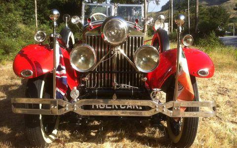 Motor vehicle, Mode of transport, Automotive design, Automotive lighting, Vehicle, Headlamp, Classic car, Red, Automotive tire, Fender,