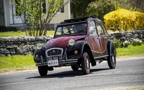 Nathalie Casey's 2CV is not going to roll over. That's normal.