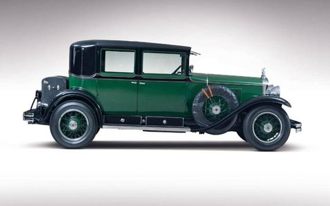 Capone allegedly chose the black-on-green paint scheme to mimic Chicago police cars of the era.