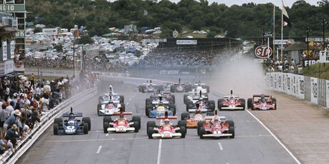 Kyalami, South Africa, March 1976. Niki Lauda, Ferrari 312T, leads Jochen Mass and James Hunt, both McLaren M23 Ford; Patrick Depailler, Tyrrell 007 Ford; Vittorio Brambilla, March 761 Ford; and the rest of the field at the start.