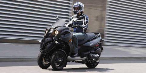 Tire, Wheel, Motorcycle helmet, Automotive tire, Automotive design, Helmet, Automotive wheel system, Motorcycle, Fender, Personal protective equipment,