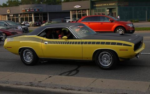 Gorgeous AAR 'Cuda at the Woodward Dream Cruise. Strobe stripes FTW!