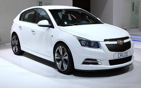 Tire, Motor vehicle, Wheel, Automotive design, Daytime, Vehicle, Product, Land vehicle, Car, Automotive mirror,