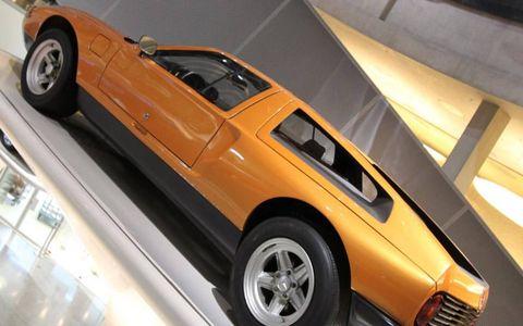 Tire, Motor vehicle, Wheel, Mode of transport, Automotive design, Automotive tire, Vehicle, Automotive exterior, Land vehicle, Automotive parking light,