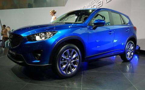 Tire, Wheel, Motor vehicle, Automotive design, Blue, Automotive tire, Vehicle, Automotive wheel system, Car, Headlamp,