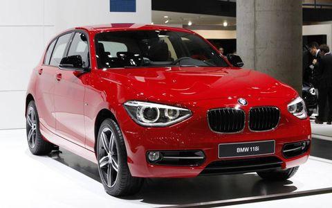Motor vehicle, Tire, Automotive design, Mode of transport, Vehicle, Automotive mirror, Land vehicle, Automotive exterior, Automotive tire, Car,