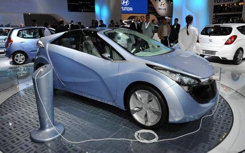 Motor vehicle, Wheel, Mode of transport, Automotive design, Land vehicle, Vehicle, Event, Car, Auto show, Alloy wheel,