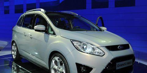 Tire, Motor vehicle, Wheel, Mode of transport, Automotive design, Vehicle, Transport, Land vehicle, Automotive mirror, Headlamp,