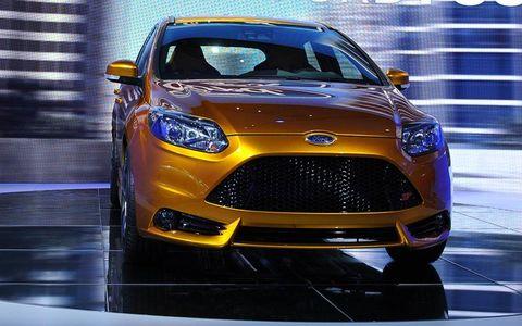 Motor vehicle, Automotive design, Product, Vehicle, Land vehicle, Automotive lighting, Headlamp, Car, Grille, Automotive mirror,