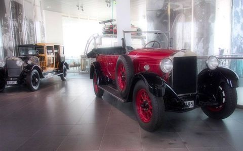 Tire, Motor vehicle, Wheel, Mode of transport, Automotive design, Vehicle, Land vehicle, Automotive exterior, Classic car, Automotive lighting,