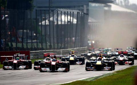 Autodromo Nazionale di Monza, Monza, Italy: Fernando Alonso Ferrari, Sebastian Vettel Red Bull Racing, Lewis Hamilton, McLaren  lead the field in to the first corner.
