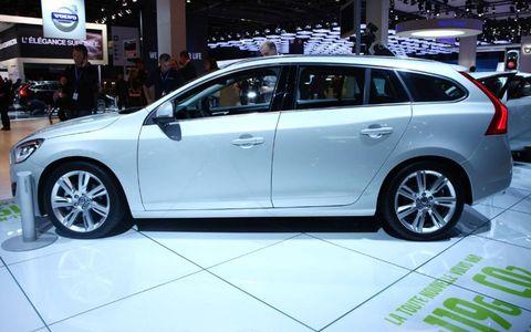 Tire, Wheel, Automotive design, Vehicle, Land vehicle, Alloy wheel, Car, Automotive tire, Rim, Automotive wheel system,