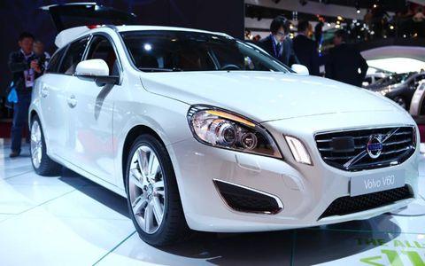 Tire, Motor vehicle, Wheel, Automotive design, Mode of transport, Vehicle, Land vehicle, Event, Automotive lighting, Car,