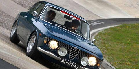 Tire, Wheel, Automotive design, Vehicle, Land vehicle, Automotive tire, Car, Classic car, Headlamp, Hood,