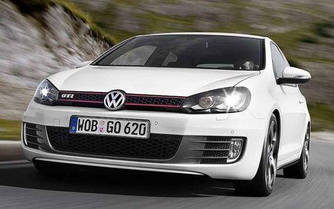 Automotive design, Daytime, Vehicle, Land vehicle, Car, Headlamp, Automotive lighting, Rim, Vehicle registration plate, Alloy wheel,