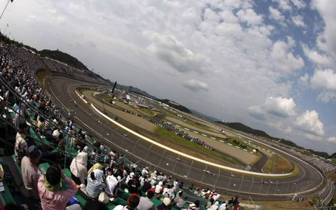 Twin Ring Motegi with Helio Castroneves in the lead.
