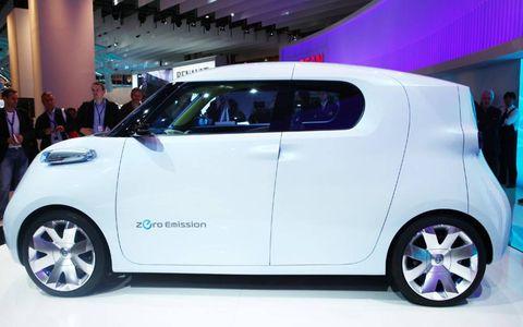 Motor vehicle, Mode of transport, Automotive design, Vehicle, Automotive mirror, Transport, Car, Alloy wheel, Vehicle door, Automotive exterior,