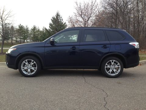 The 2015 Mitsubishi Outlander SE receives an EPA-estimated 26 mpg combined fuel economy.