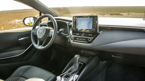 The interior of the Corolla XSE errs on the side of minimalism, as the rest of the Corolla flavors, offering good materials and a logical layout.