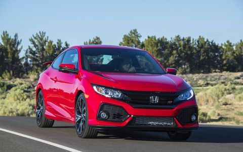 The 2017 Honda Civic Si receives 18-inch, 10-spoke wheels, black trim on the front fascia, center exit exhaust and larger side vents at the rear.