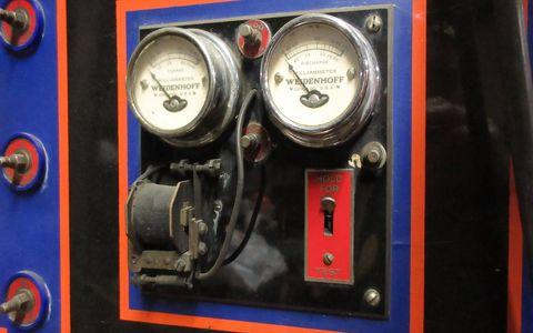 Gauge, Auto part, Vehicle, Measuring instrument, Machine,