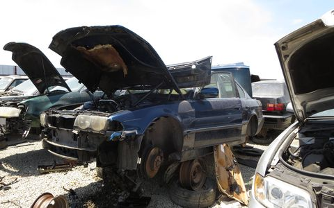 1999 BMW 740i in California wrecking yard. MSRP: $66,400 ($95,360 in 2016 dollars).
