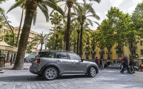 The 2017 MINI Cooper S E ALL4 has a an I4  putting out 136 hp and 162 ft-lb of torque with a synchronous electric motor with an additional 88 hp and 122 ft-lb of torque.