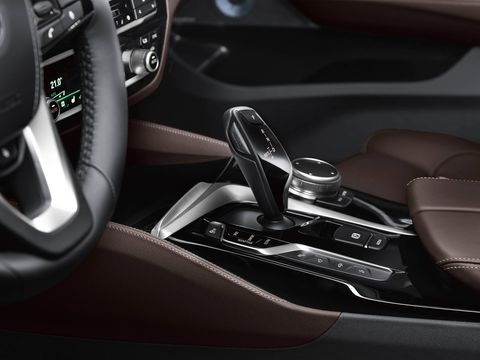 The load sill on the 2018 BMW 640i xDrive has been lowered by more than 2 inches. The 40 : 20 : 40 split rear seat backrest can be folded down not only from the passenger compartment, but also by means of electric remote release using a button in the trunk. This expands the available storage space to 65 cubic feet.